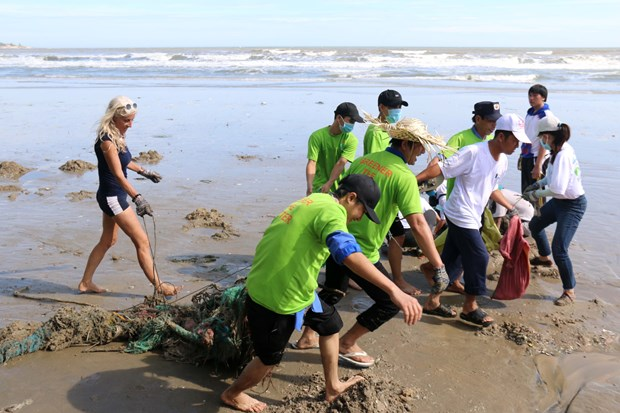 Foreign tourists help clean Mui Ne beach hinh anh 1