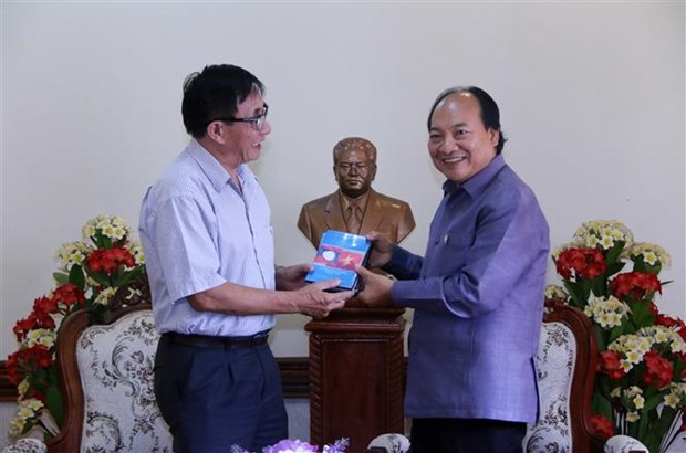 Vietnam hands over film on President Souphanouvong to Laos hinh anh 1