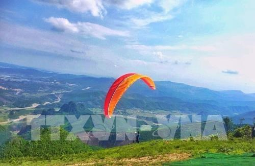 Quang Ninh: National paragliding contest kicks off hinh anh 1