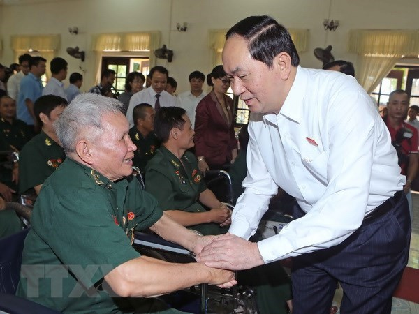 Policy beneficiary families to receive gifts on Martyrs' Day hinh anh 1