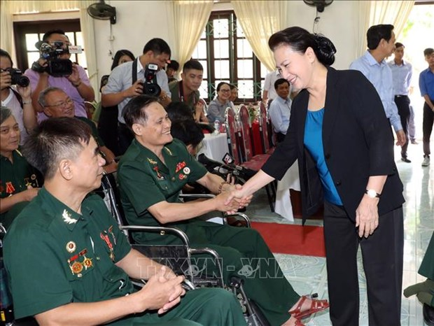 NA Chairwoman presents gifts to war invalids in Ha Nam hinh anh 1