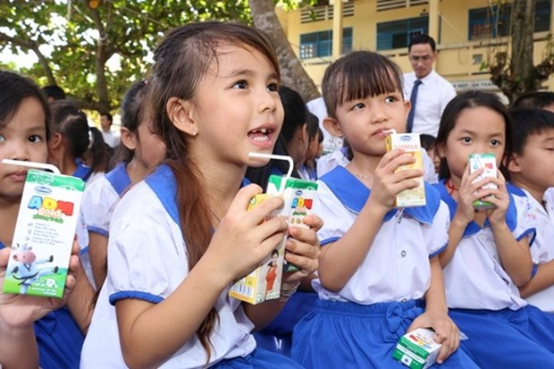 Ha Nam launches school milk programme for 2018-2020 hinh anh 1