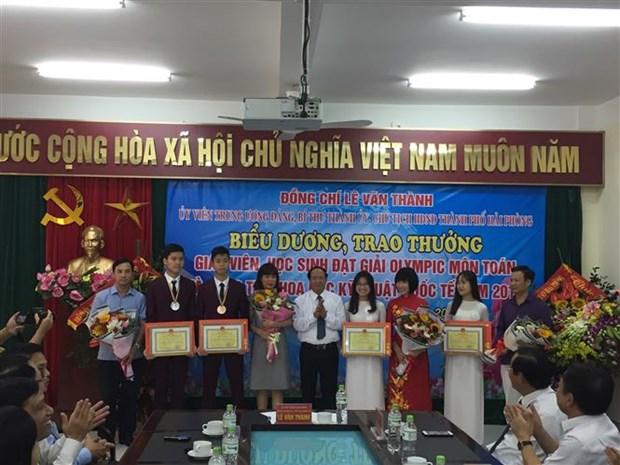 Hai Phong honours brainy students hinh anh 1