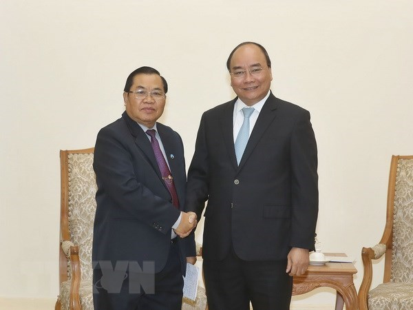 PM looks to maintain high-level visits between Vietnam, Laos hinh anh 1