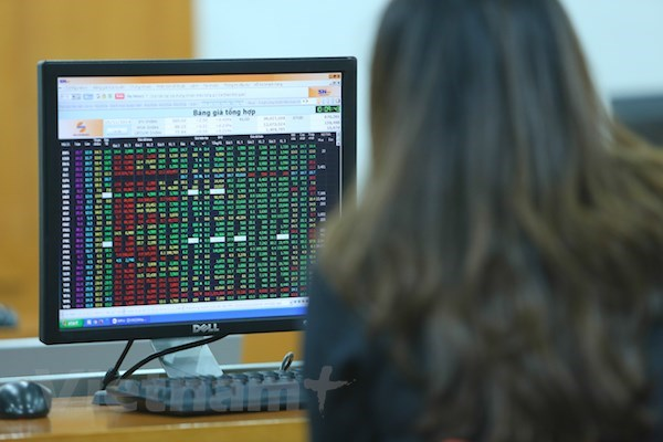 VN-Index rises 3.35 points on July 23 hinh anh 1