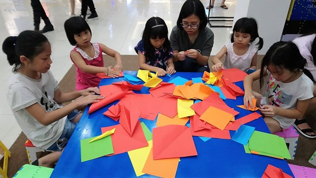 Vietnamese artists wing up Japanese origami art hinh anh 4