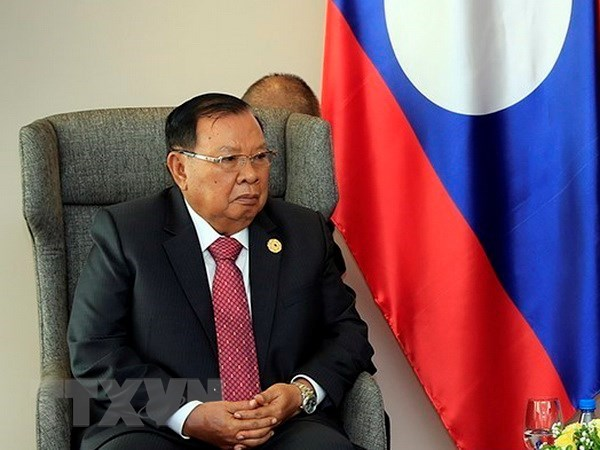 Top Lao leader receives Vietnamese Party officials hinh anh 1