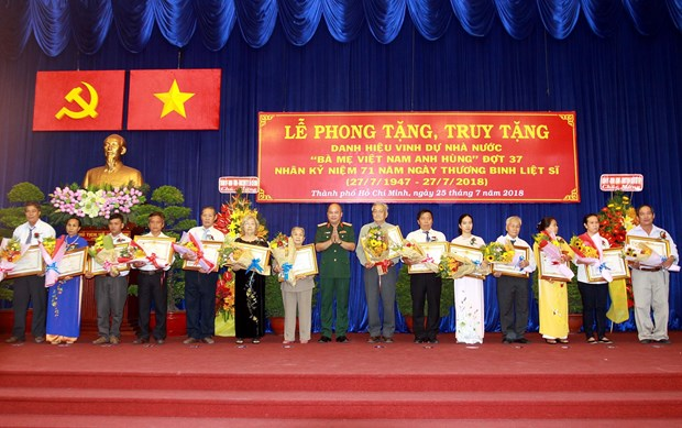 HCM City recognises 44 heroic mothers hinh anh 1