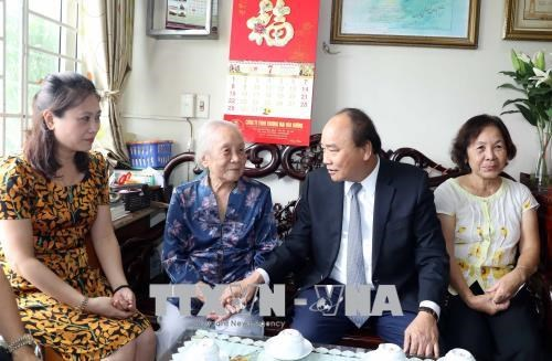 PM visits war martyrs' families in Hanoi hinh anh 2