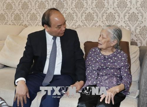 PM visits war martyrs' families in Hanoi hinh anh 1
