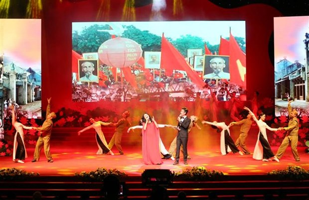 Art performance pays tribute to martyrs, invalids hinh anh 1
