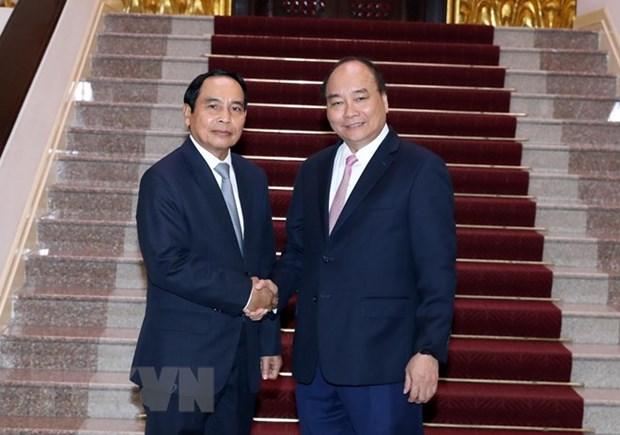 PM Nguyen Xuan Phuc hosts Lao Deputy PM Bunthoong Chitmany hinh anh 1