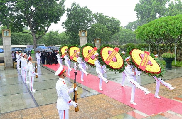 Leaders pay tribute to heroic martyrs hinh anh 1