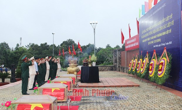 Remains of Vietnamese voluntary soldiers in Cambodia buried hinh anh 1