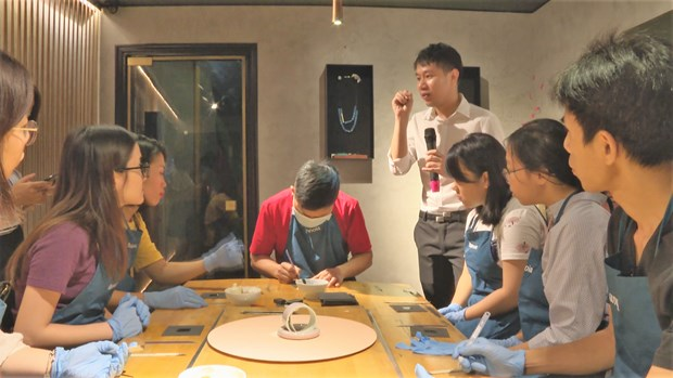 Art lovers make lacquerware in Hanoi hinh anh 4