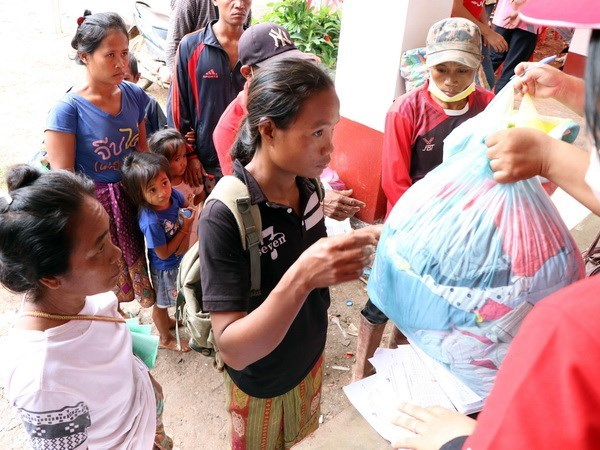 Vietnam provides more aid for Lao collapsed dam victims hinh anh 1