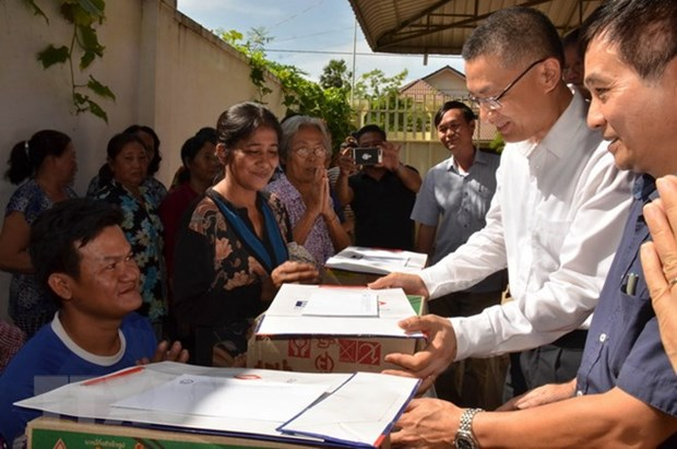 OVs in Cambodia affected by floods receive support hinh anh 1