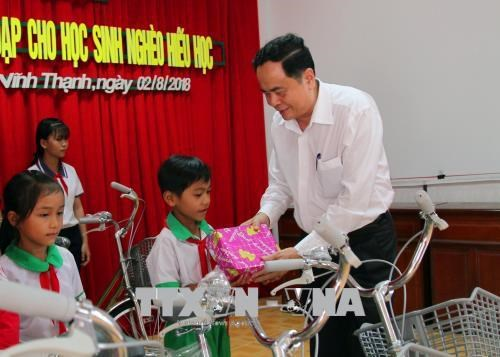 VFF President presents scholarships to poor students in Can Tho hinh anh 1