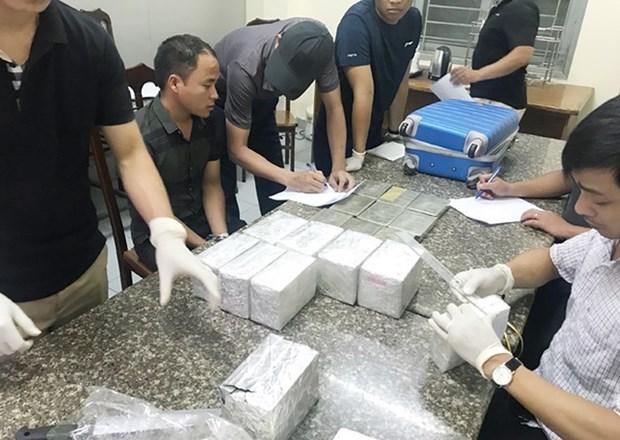 Hanoi police prosecute two men for illegal drug trafficking hinh anh 1