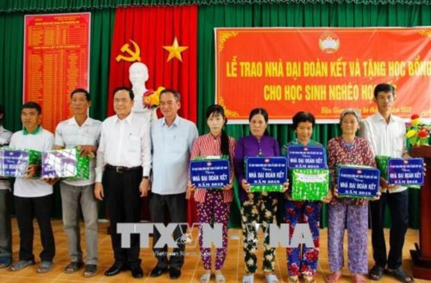 VFF President presents gifts to social policy beneficiaries hinh anh 1