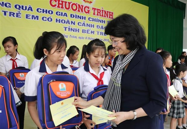 Vice President presents gifts to disadvantaged families, children hinh anh 1