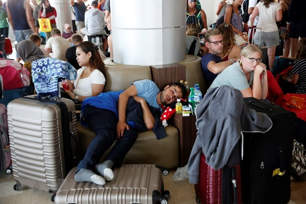 Lombok airport crowded with visitors after deadly quake hinh anh 1