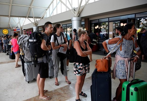 Over 2,000 tourists evacuated due to Lombok earthquake hinh anh 1