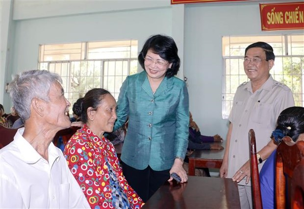 Vice President visits poor families in Vinh Long province hinh anh 1