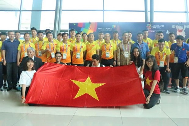 ASIAD 2018: Vietnamese football team arrives in Indonesia hinh anh 1
