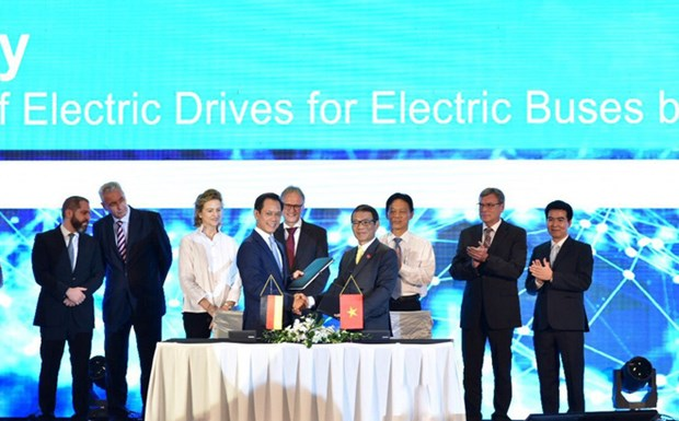 Vinfast, Siemens sign deals for electric bus manufacturing hinh anh 1