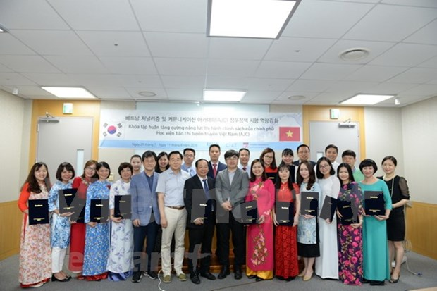 Vietnamese journalists make study tour of RoK hinh anh 1