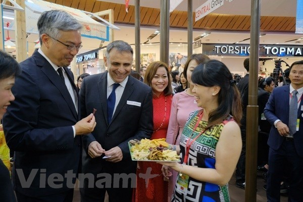 Embassies enhance Vietnam's economic links with other nations hinh anh 1