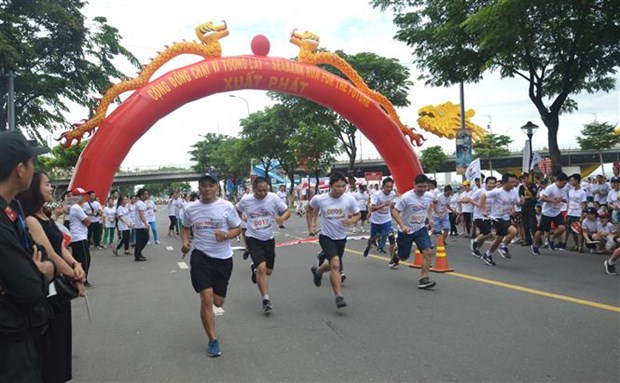 SeABank run raises funds for poor students hinh anh 1