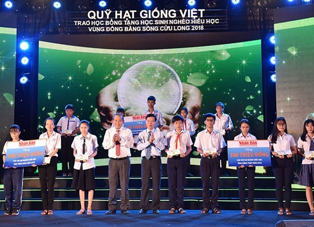 """Vietnamese Seeds Fund"" scholarships presented to students hinh anh 1"
