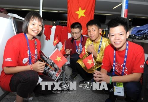 Vietnamese students shine at int'l robotics competition hinh anh 1