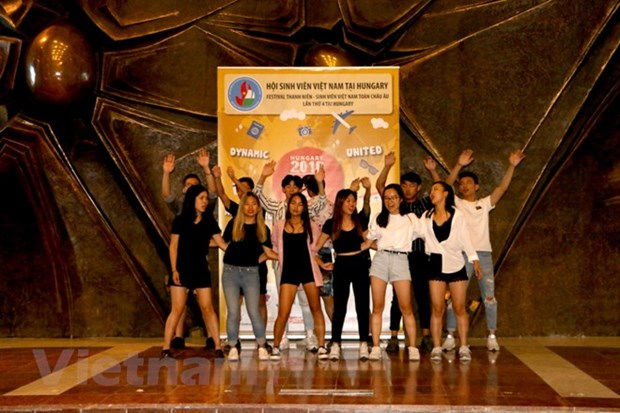 Summer camp for Vietnamese youth in Europe wraps up hinh anh 1