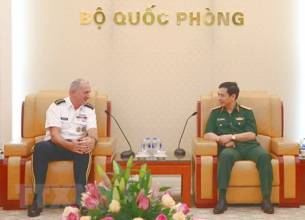 Vietnam, US step up defence cooperation hinh anh 1