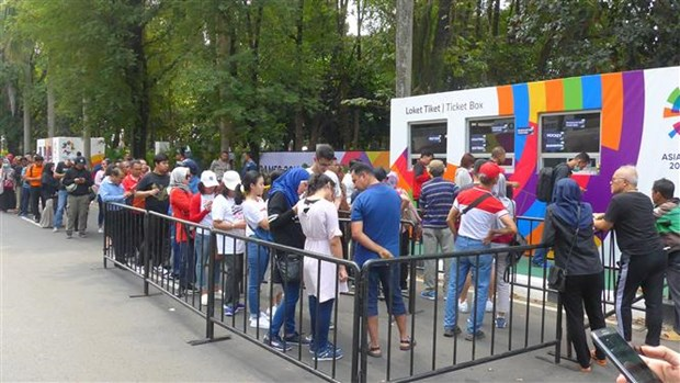 ASIAD 2018: Indonesians brave the sun to buy tickets hinh anh 1