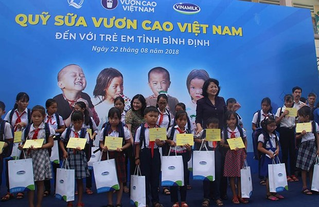 Vice President presents gifts to poor children in Binh Dinh hinh anh 1