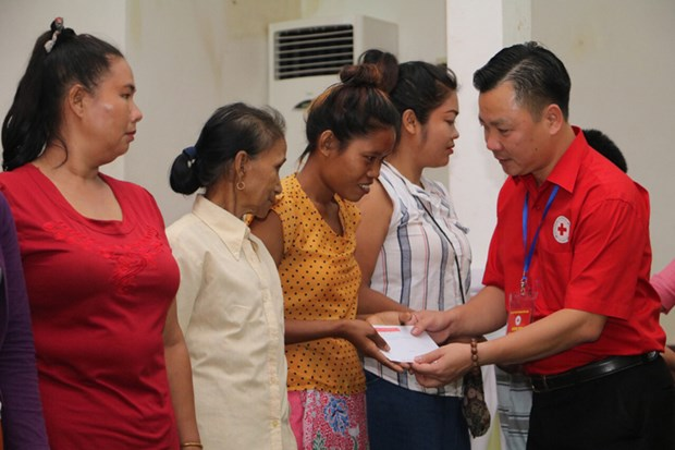 Hanoi red cross chapter offers humanitarian aid in Vientiane hinh anh 1