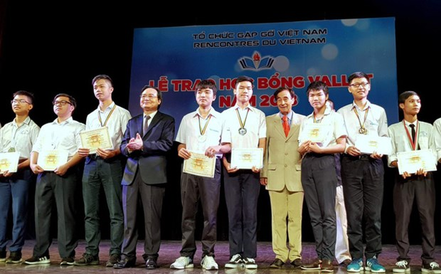 Nearly 500 Vallet scholarships granted to Vietnamese students hinh anh 1