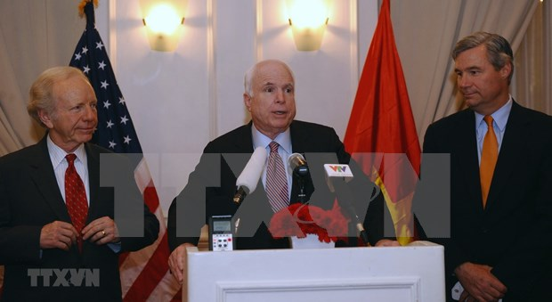 US Embassy opens condolence book for late Senator McCain hinh anh 1