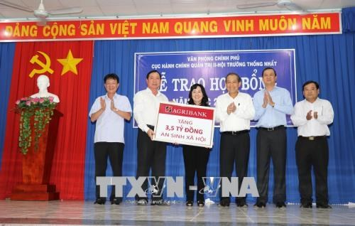 Deputy PM presents gifts, scholarships to poor families, students hinh anh 1