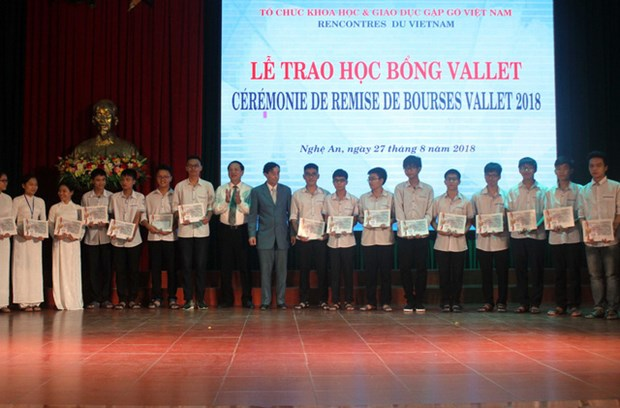 Vallet scholarships presented to Vietnamese students, researchers hinh anh 1