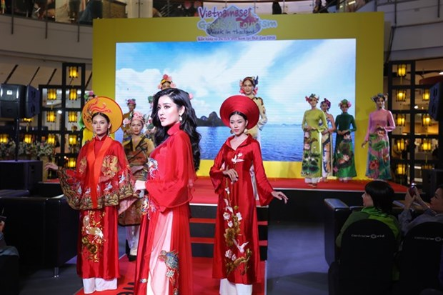 Vietnamese traditional dress hits catwalk in Thailand hinh anh 1