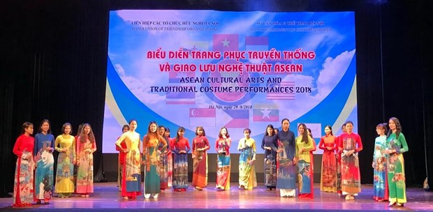 ASEAN traditional costumes, art performed in Hanoi hinh anh 1