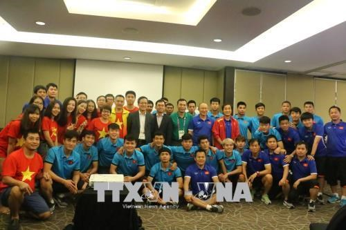 Vietnamese diplomats wish footballers the best ahead semifinals hinh anh 1