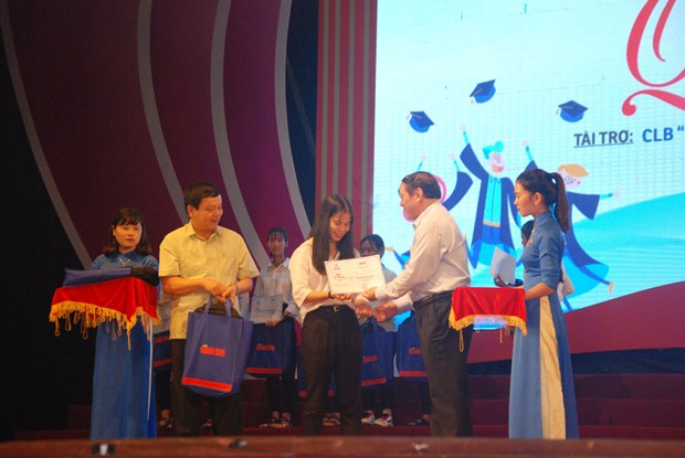 Scholarships help Quang Tri's students pursue higher education hinh anh 1