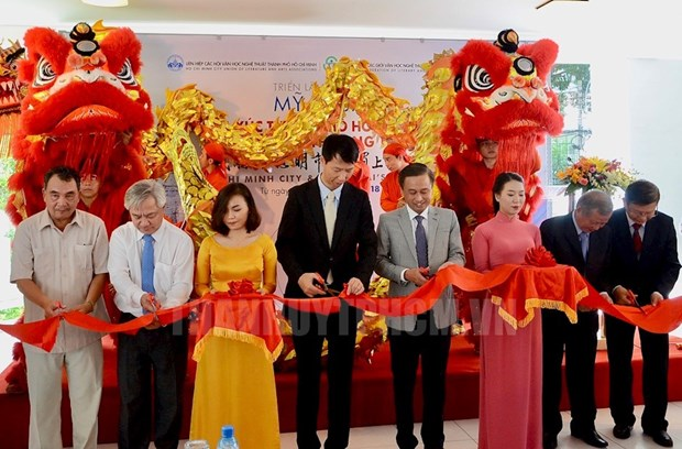 Paintings by Vietnamese, Chinese artists showcased in HCM City hinh anh 1