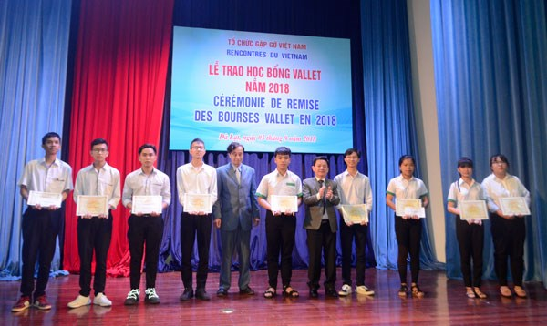 Students in Vietnam's central region receive Vallet scholarships hinh anh 1